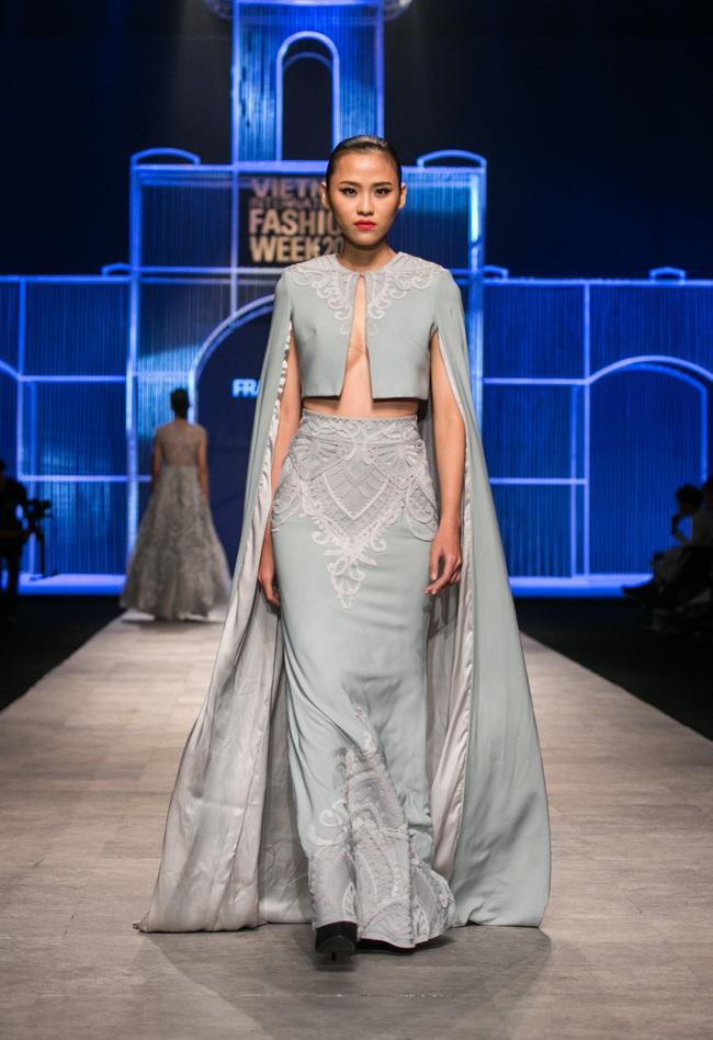 Hot girl Hà Lade tái xuất sàn catwalk, Hoàng Thùy làm vedette trong đêm diễn thứ 2 của Vietnam International Fashion Week - Ảnh 40.