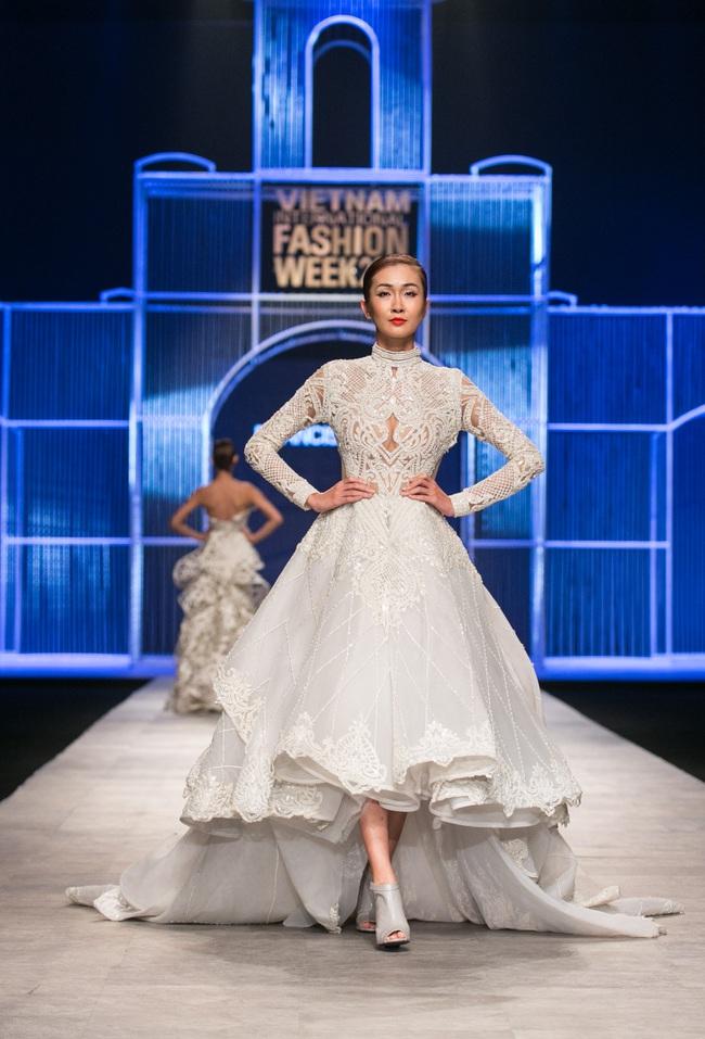 Hot girl Hà Lade tái xuất sàn catwalk, Hoàng Thùy làm vedette trong đêm diễn thứ 2 của Vietnam International Fashion Week - Ảnh 42.