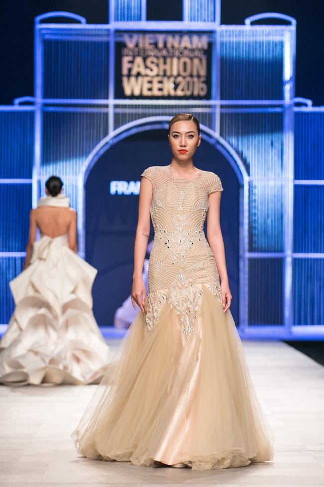 Hot girl Hà Lade tái xuất sàn catwalk, Hoàng Thùy làm vedette trong đêm diễn thứ 2 của Vietnam International Fashion Week - Ảnh 44.