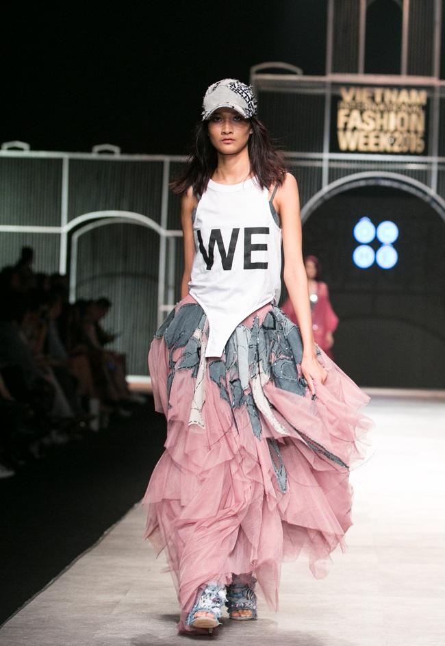 Hot girl Hà Lade tái xuất sàn catwalk, Hoàng Thùy làm vedette trong đêm diễn thứ 2 của Vietnam International Fashion Week - Ảnh 106.