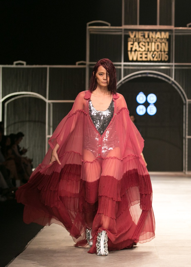 Hot girl Hà Lade tái xuất sàn catwalk, Hoàng Thùy làm vedette trong đêm diễn thứ 2 của Vietnam International Fashion Week - Ảnh 107.