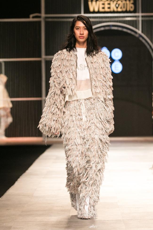 Hot girl Hà Lade tái xuất sàn catwalk, Hoàng Thùy làm vedette trong đêm diễn thứ 2 của Vietnam International Fashion Week - Ảnh 109.