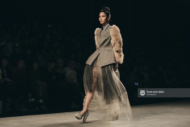 Hot girl Hà Lade tái xuất sàn catwalk, Hoàng Thùy làm vedette trong đêm diễn thứ 2 của Vietnam International Fashion Week - Ảnh 3.