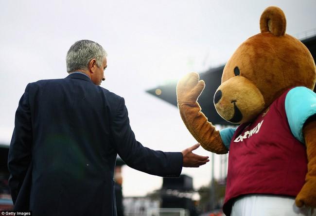 Những hình ảnh vui nhộn giữa huấn luyện viên và linh vật ở Premier League - Ảnh 12.