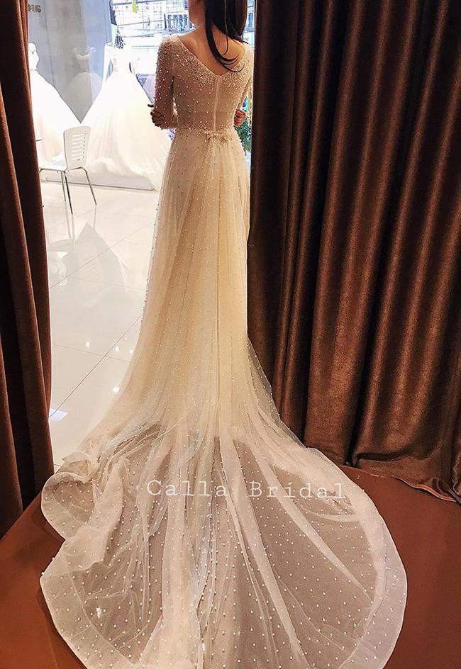 Ngắm trọn bộ 7 chiếc váy cưới, 4 bộ áo dài cùng loạt phụ kiện xa xỉ của cô gái thời tiết Mai Ngọc - Ảnh 4.