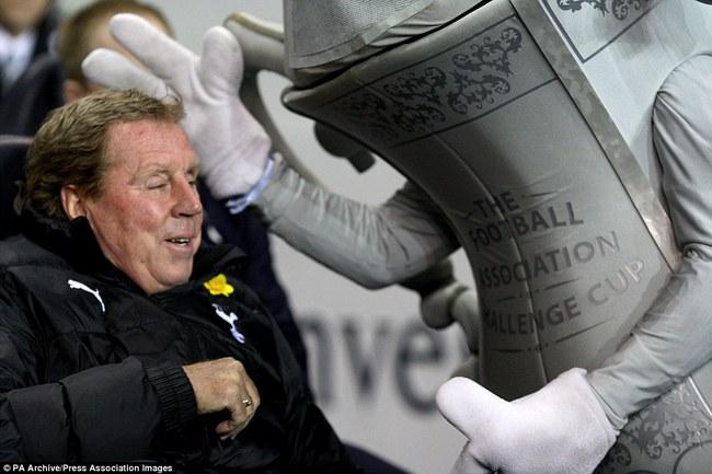 Những hình ảnh vui nhộn giữa huấn luyện viên và linh vật ở Premier League - Ảnh 13.