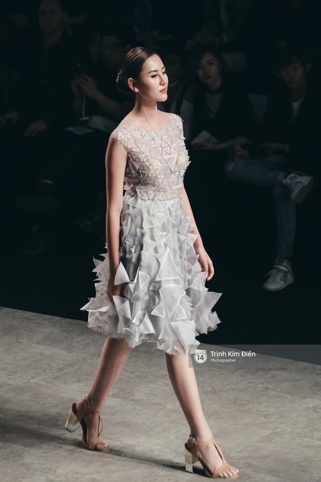 Hot girl Hà Lade tái xuất sàn catwalk, Hoàng Thùy làm vedette trong đêm diễn thứ 2 của Vietnam International Fashion Week - Ảnh 30.