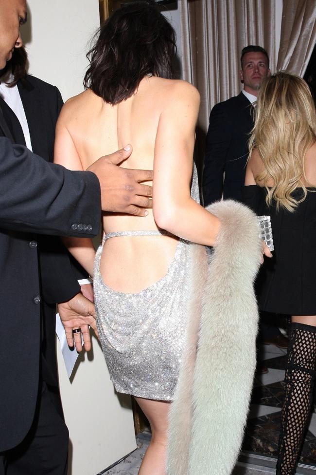Kendall Jenner diện váy 200 triệu trong ngày sinh nhật, và nó giống hệt chiếc váy Paris Hilton từng mặc cách đây 14 năm - Ảnh 4.