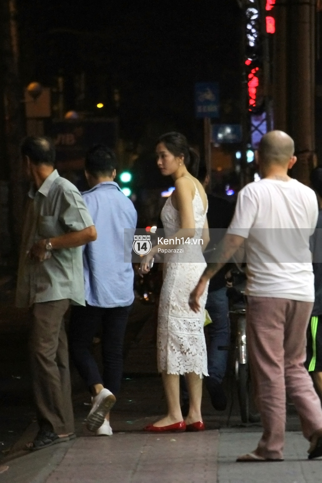Hoa hậu Thu Thảo diện váy trắng, thoải mái ngồi ăn ốc trên lề đường - Ảnh 4.