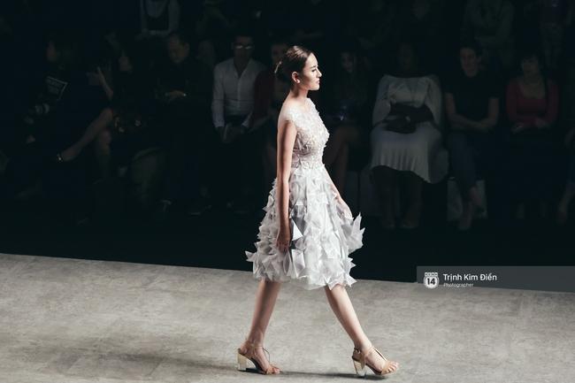 Hot girl Hà Lade tái xuất sàn catwalk, Hoàng Thùy làm vedette trong đêm diễn thứ 2 của Vietnam International Fashion Week - Ảnh 31.