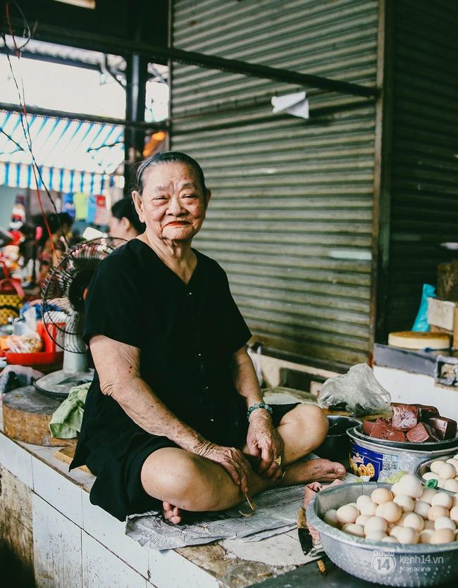 Người miền Trung ở Sài Gòn, nhớ quê thì tới chợ Bà Hoa để nghe những chi, mô, rứa, hè thật thân thương... - Ảnh 9.