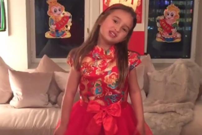 Video cháu ngoại đáng yêu của tân Tổng thống Donald Trump đọc thơ tiếng Trung gây sốt - Ảnh 2.