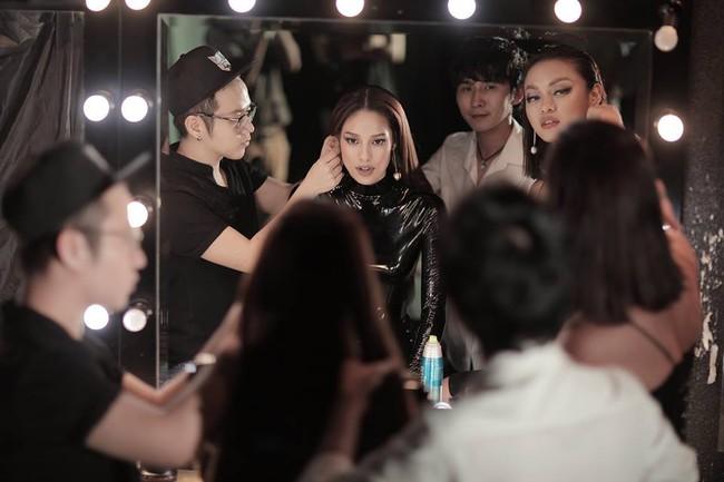 Hoa hậu Mỹ Linh chen chúc cùng Phạm Hương, Lan Khuê trên poster show diễn Chung Thanh Phong - Ảnh 8.