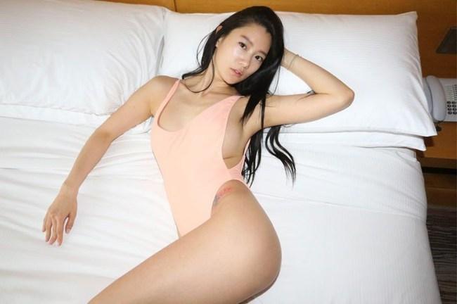 Bỏng mắt xem gái Việt phô diễn body trong mốt áo tắm khoét hông cao - Ảnh 4.