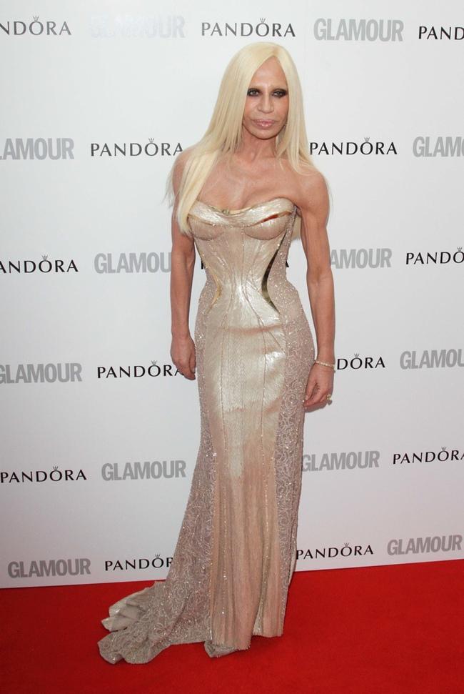 Donatella Versace cho rằng các nhà thiết kế đồng tính đâu có đoái hoài đến phụ nữ - Ảnh 1.