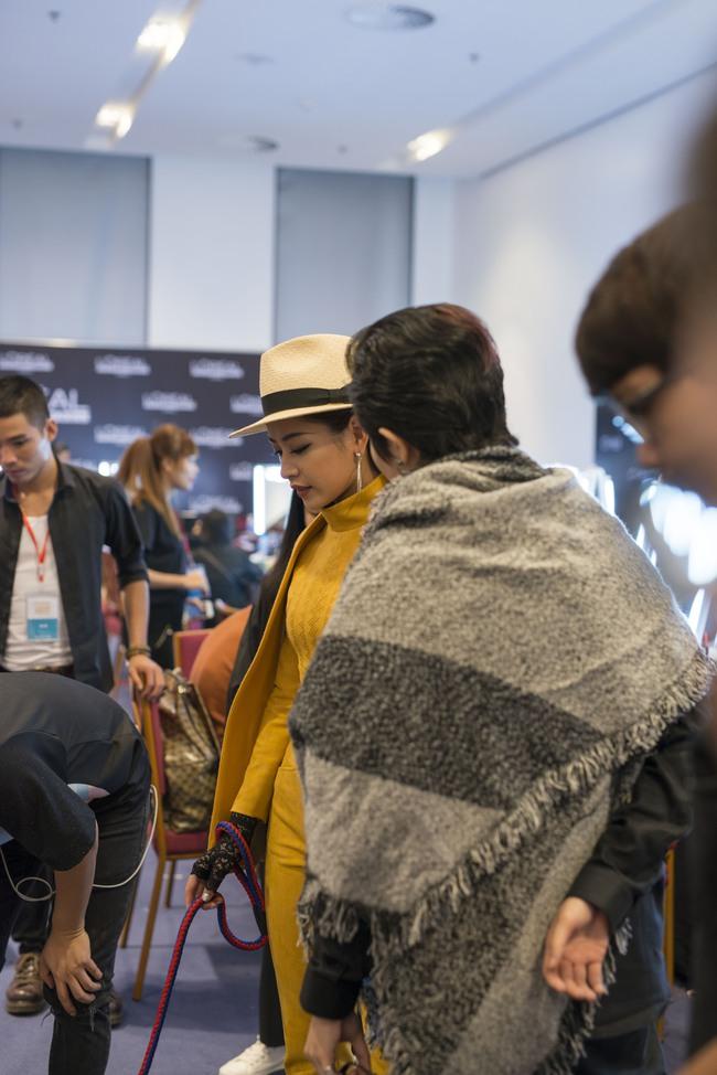 Gil Lê chăm sóc Chi Pu cực tình cảm trong hậu trường Vietnam International Fashion Week - Ảnh 1.