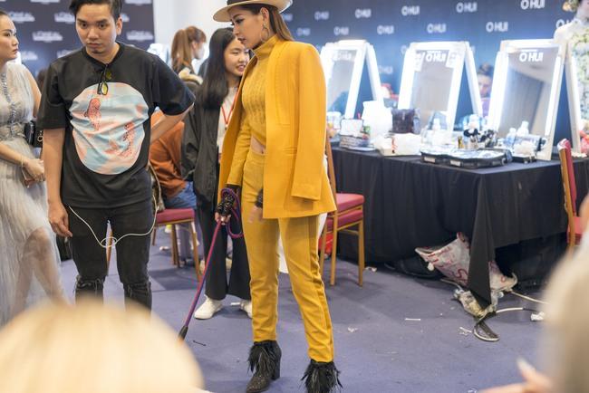 Gil Lê chăm sóc Chi Pu cực tình cảm trong hậu trường Vietnam International Fashion Week - Ảnh 2.