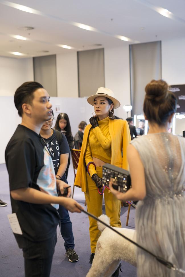 Gil Lê chăm sóc Chi Pu cực tình cảm trong hậu trường Vietnam International Fashion Week - Ảnh 3.