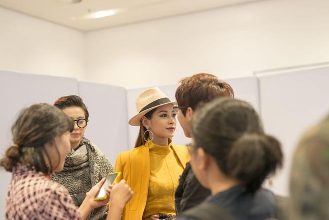 Gil Lê chăm sóc Chi Pu cực tình cảm trong hậu trường Vietnam International Fashion Week - Ảnh 4.