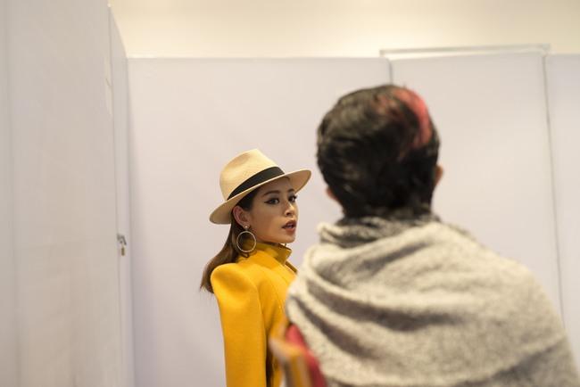 Gil Lê chăm sóc Chi Pu cực tình cảm trong hậu trường Vietnam International Fashion Week - Ảnh 6.