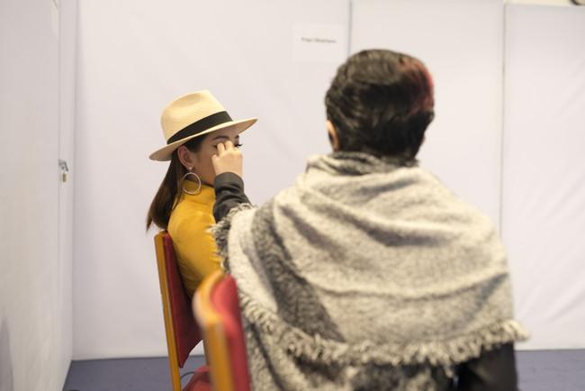 Gil Lê chăm sóc Chi Pu cực tình cảm trong hậu trường Vietnam International Fashion Week - Ảnh 8.
