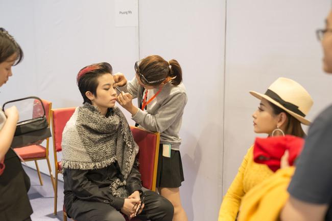 Gil Lê chăm sóc Chi Pu cực tình cảm trong hậu trường Vietnam International Fashion Week - Ảnh 9.