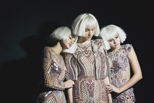 Lạc vào miền đất thời trang tuyệt mỹ của hậu trường Vietnam International Fashion Week - Ảnh 2.