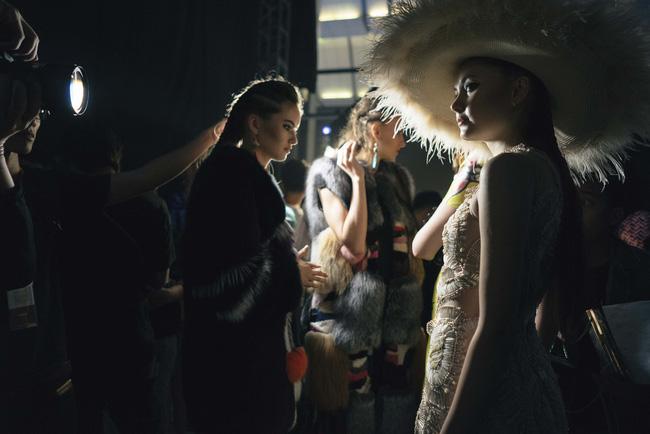 Lạc vào miền đất thời trang tuyệt mỹ của hậu trường Vietnam International Fashion Week - Ảnh 4.