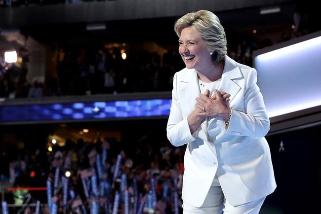 Bại trận trước Trump, Hillary Clinton vẫn khiến dân tình đổ xô đi mua suit trắng giống mình - Ảnh 1.
