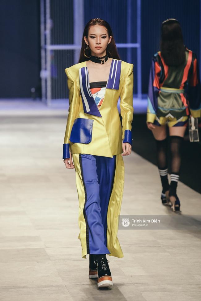 Phí Phương Anh lại xuất hiện trên sàn diễn thời trang, đọ trình catwalk cùng đàn chị - Ảnh 1.