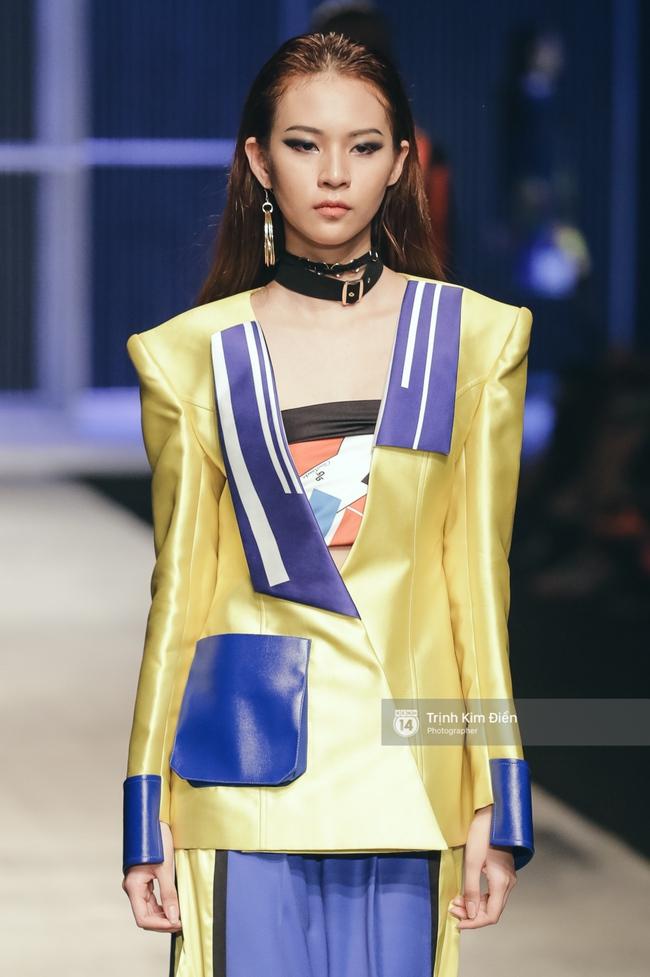 Phí Phương Anh lại xuất hiện trên sàn diễn thời trang, đọ trình catwalk cùng đàn chị - Ảnh 2.
