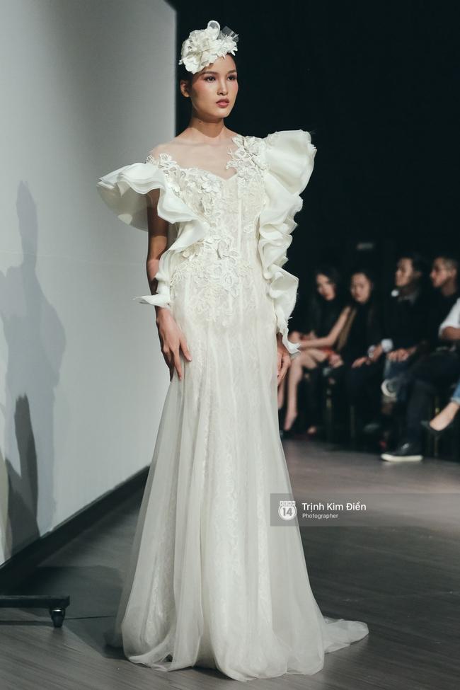 Mai Ngô người không ngấn mỡ, thong dong catwalk trong đầm cưới tinh khôi - Ảnh 8.