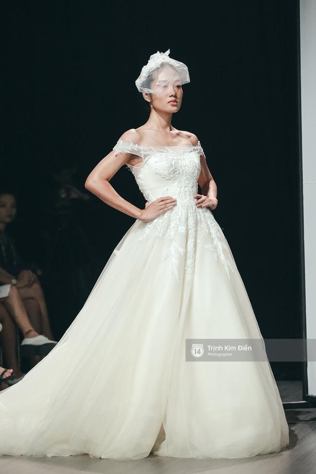 Mai Ngô người không ngấn mỡ, thong dong catwalk trong đầm cưới tinh khôi - Ảnh 9.