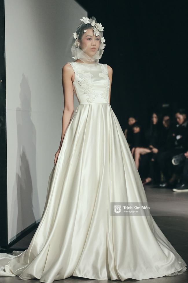 Mai Ngô người không ngấn mỡ, thong dong catwalk trong đầm cưới tinh khôi - Ảnh 11.
