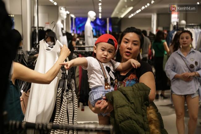 Dân Sài Gòn đang mất 3 tiếng đồng hồ xếp hàng mua đồ sale 50% tại Zara Việt Nam - Ảnh 4.