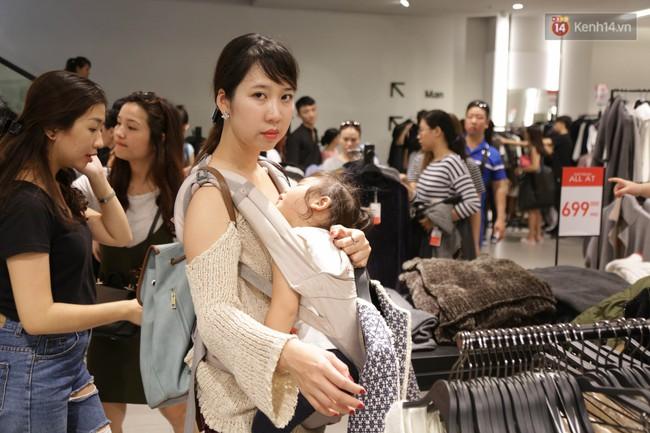 Dân Sài Gòn đang mất 3 tiếng đồng hồ xếp hàng mua đồ sale 50% tại Zara Việt Nam - Ảnh 5.