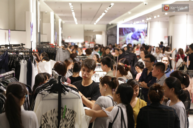 Dân Sài Gòn đang mất 3 tiếng đồng hồ xếp hàng mua đồ sale 50% tại Zara Việt Nam - Ảnh 2.