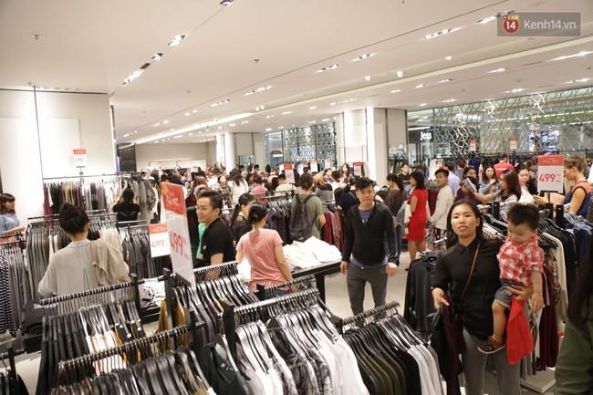 Dân Sài Gòn đang mất 3 tiếng đồng hồ xếp hàng mua đồ sale 50% tại Zara Việt Nam - Ảnh 8.