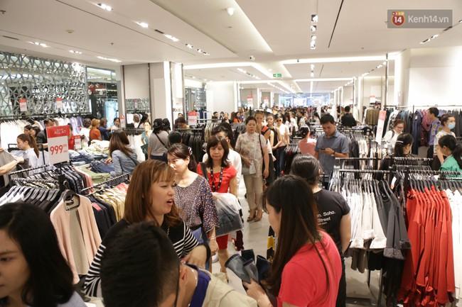 Dân Sài Gòn đang mất 3 tiếng đồng hồ xếp hàng mua đồ sale 50% tại Zara Việt Nam - Ảnh 1.