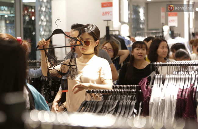 Dân Sài Gòn đang mất 3 tiếng đồng hồ xếp hàng mua đồ sale 50% tại Zara Việt Nam - Ảnh 9.