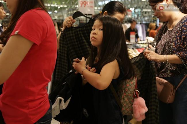 Dân Sài Gòn đang mất 3 tiếng đồng hồ xếp hàng mua đồ sale 50% tại Zara Việt Nam - Ảnh 10.