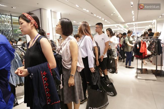 Dân Sài Gòn đang mất 3 tiếng đồng hồ xếp hàng mua đồ sale 50% tại Zara Việt Nam - Ảnh 11.