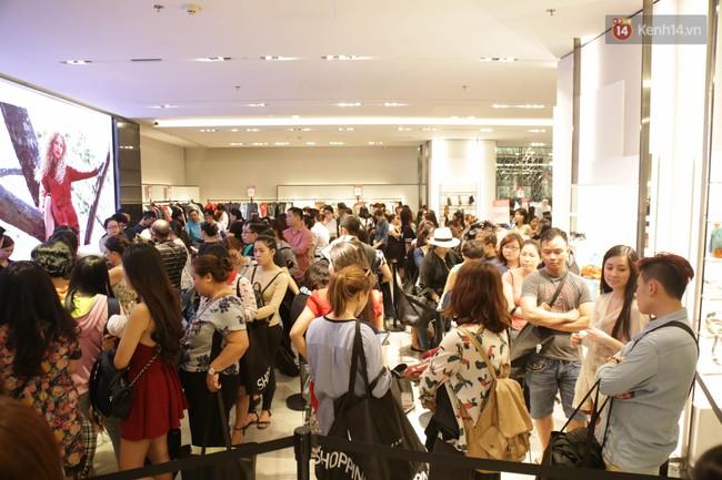 Dân Sài Gòn đang mất 3 tiếng đồng hồ xếp hàng mua đồ sale 50% tại Zara Việt Nam - Ảnh 13.