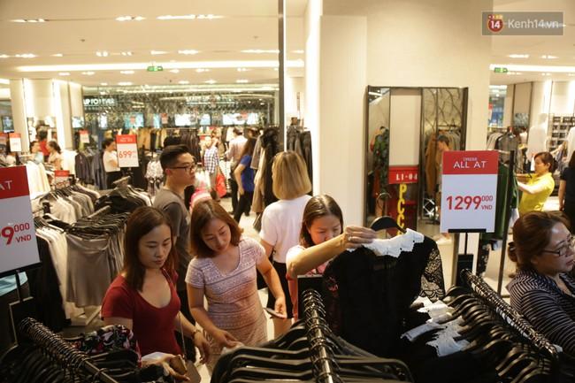 Dân Sài Gòn đang mất 3 tiếng đồng hồ xếp hàng mua đồ sale 50% tại Zara Việt Nam - Ảnh 15.