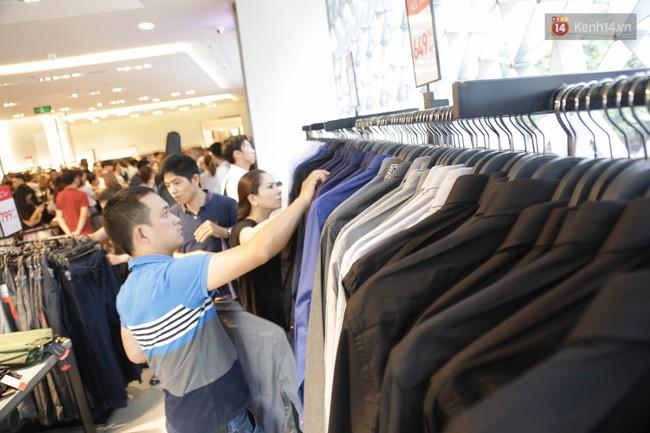 Dân Sài Gòn đang mất 3 tiếng đồng hồ xếp hàng mua đồ sale 50% tại Zara Việt Nam - Ảnh 16.