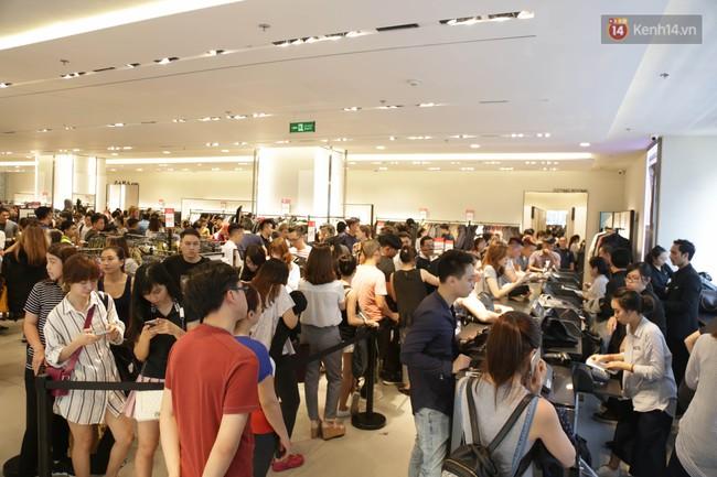 Dân Sài Gòn đang mất 3 tiếng đồng hồ xếp hàng mua đồ sale 50% tại Zara Việt Nam - Ảnh 17.