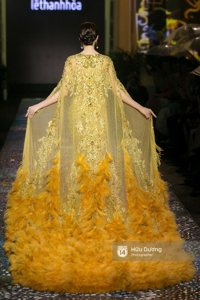 Khách mời chờ đợi dưới mưa, Hoa hậu Thu Thảo làm vedette cho show diễn của NTK Lê Thanh Hòa - Ảnh 7.