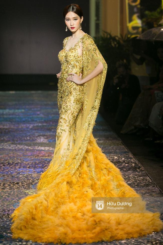 Khách mời chờ đợi dưới mưa, Hoa hậu Thu Thảo làm vedette cho show diễn của NTK Lê Thanh Hòa - Ảnh 6.