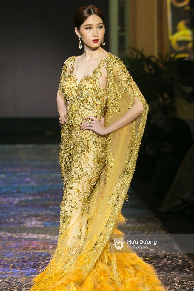 Khách mời chờ đợi dưới mưa, Hoa hậu Thu Thảo làm vedette cho show diễn của NTK Lê Thanh Hòa - Ảnh 5.