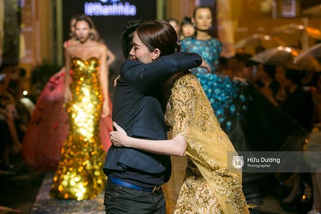 Khách mời chờ đợi dưới mưa, Hoa hậu Thu Thảo làm vedette cho show diễn của NTK Lê Thanh Hòa - Ảnh 8.